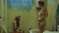 Обнаженная Вера Фишер моется в ванной