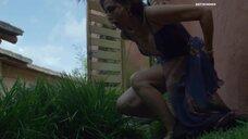Пракрити Мадуро писяет на улице