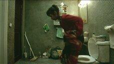 Кан Хе-джон в туалете