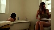 Кейлан Бёрнетт писяет в туалете