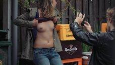 Софи Брейер показывает голую грудь
