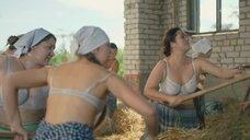 Русские девушки работают в лифчиках