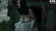 Сочная голая грудь девушки