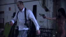 1. Полностью голая Ирене Хольцфуртнер с пистолетом – Без причин