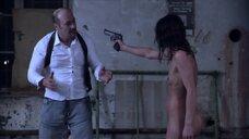 Полностью голая Ирене Хольцфуртнер с пистолетом
