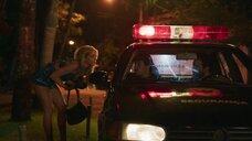 Изабелла Сантони мастурбирует полицейским в машине