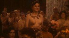 Зал с голыми людьми