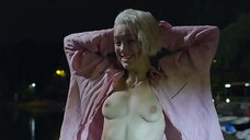 Дарья Мороз засветила голую грудь в парке развлечений