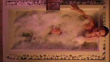 Северия Янушаускайте в ванне
