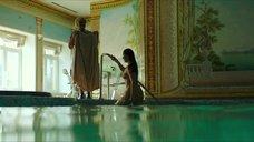 5. Полностью обнаженная Полина Соя в бассейне – Кензели