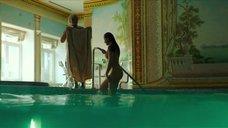 6. Полностью обнаженная Полина Соя в бассейне – Кензели