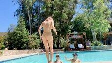 10. Александра Даддарио с подругами в бассейне