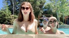 16. Александра Даддарио с подругами в бассейне