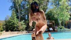 5. Александра Даддарио с подругами в бассейне