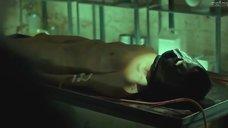 1. Голое тело Скай Лоури – Клеймо