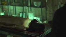 2. Голое тело Скай Лоури – Клеймо