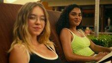 3. Александра Даддарио и Сидни Суини в купальниках – Белый лотос