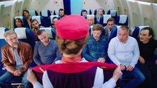Стюардесса Юлия Михалкова показывает пассажирам грудь