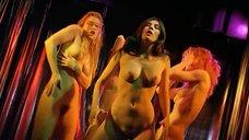 Эмманюэль Сенье и Матильда Сенье танцуют голыми на сцене