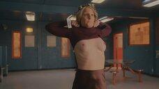 Хелен Хант показывает голую грудь охраннику