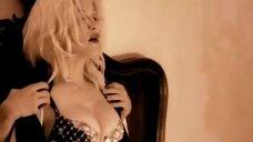 Мадонна в клипе Take A Bow