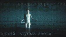 Девушка купается голой в море