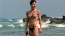 Горячая Эванджелин Лилли в белье на пляже