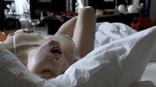 6. Анна Жимская мастурбирует в постели – Любовь моя (2005)
