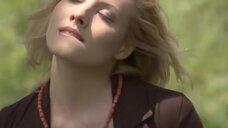 6. Анна Жимская светит голой промежностью на лавочке – Любовь моя (2005)