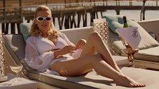 Дженьюэри Джонс в белом купальнике