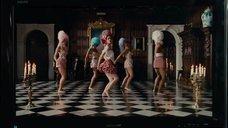 Роуз Бирн танцует