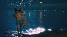 4. Рэйчел МакАдамс купается в озере ночью – Клятва