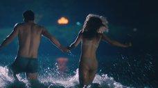 Рэйчел МакАдамс купается в озере ночью