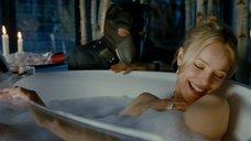 Рэйчел МакАдамс принимает ванну