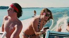 Эшли Грин катается на водных лыжах