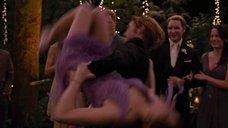 2. Эшли Грин засветила трусики в танце – Сумерки. Сага. Рассвет: Часть 1