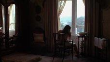 Обнаженная Сири Нил у окна