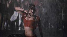 Бриана Эвиган танцует под дождём