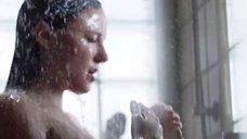 Бриана Эвиган принимает душ