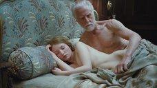 2. Постельная сцена с Эмили Браунинг – Спящая красавица