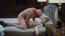 Голая Эмили Браунинг спит со стариком