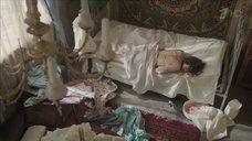 Катерина Шпица плачет в постели