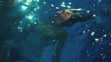 Александра Мария Лара топлес плавает в бассейне