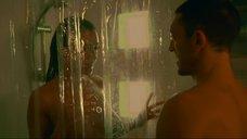 Моника Беллуччи принимает душ