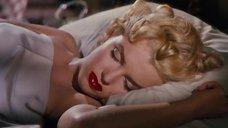 Мэрилин Монро притворяется спящей