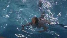 Мэрилин Монро плавает в бассейне