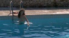 Джейн Биркин купается голой в бассейне