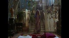 Обнаженная Джейн Биркин спускается по лестнице