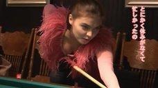 Алина Кабаева играет в бильярд