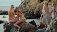 Обнаженные девушки разрисовывают друг-друга на пляже
